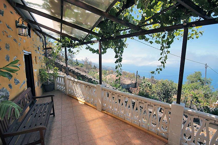 Kleine Terrasse vor dem Schlafzimmer mit Meerblick