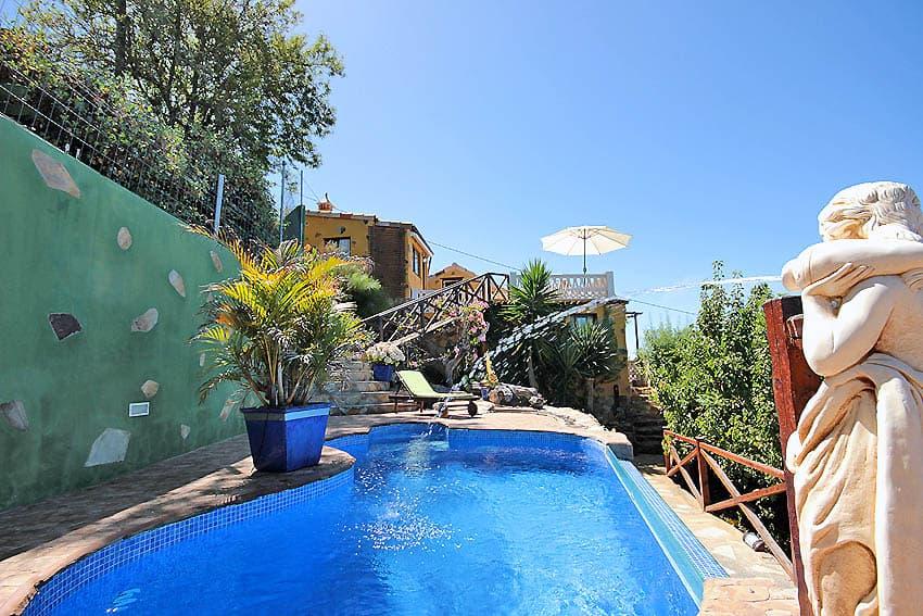 Vue de la piscine à la maison