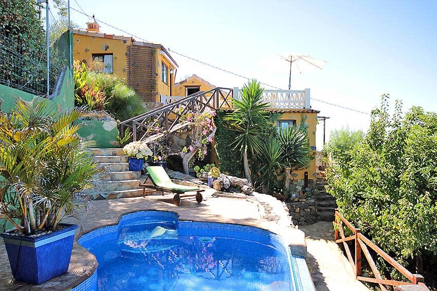 Pool und Steintreppe zum Haus