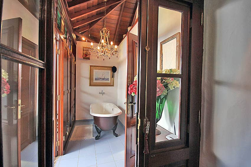 Villa with private pool La Palma Finca Esperanza: freestanding bath tub