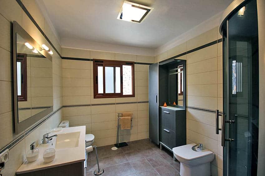 Badkamer met douche met hydromassage