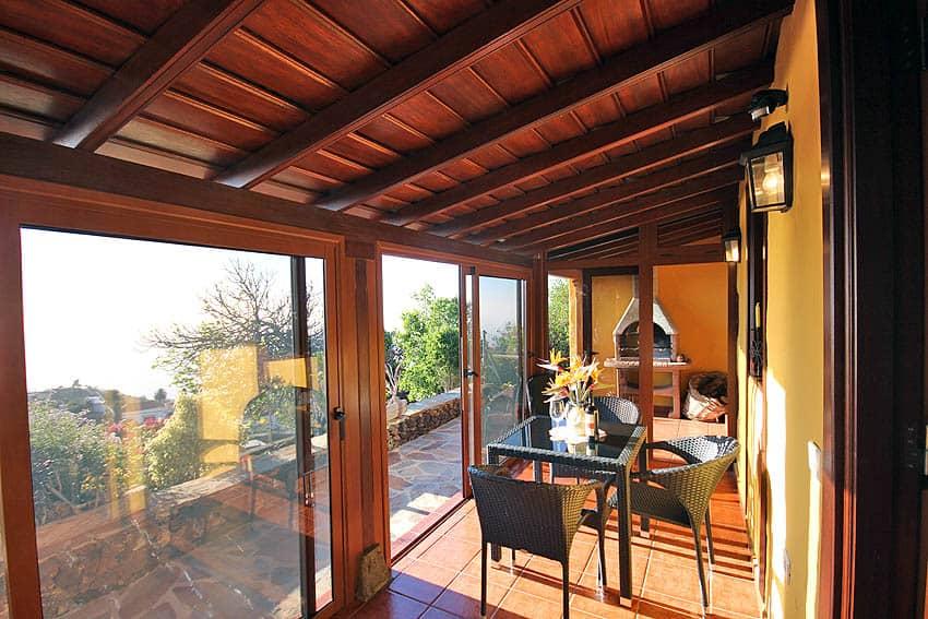 Casa Rural La Palma con piscina Casa Herminia: Barbacoa en el fondo de la terraza acristalada