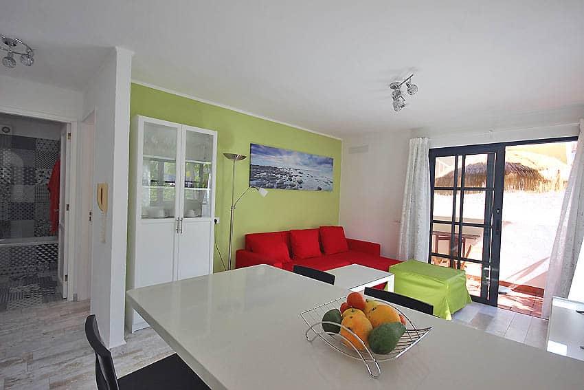 Vista desde la encimera de la cocina en el salón y pequeña terraza