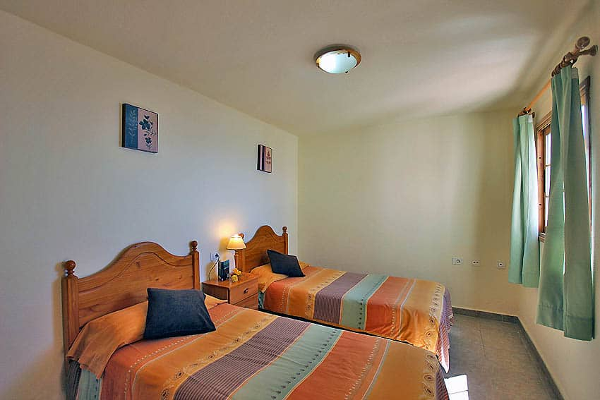 Holiday Cottage with pool La Palma Casa Candelario: Bedroom with 2 single beds