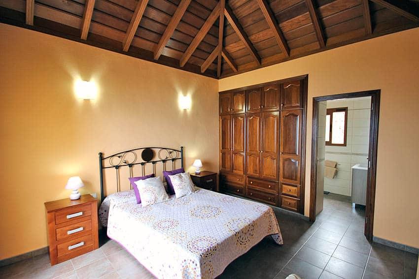 La chambre principale avec salle de bains