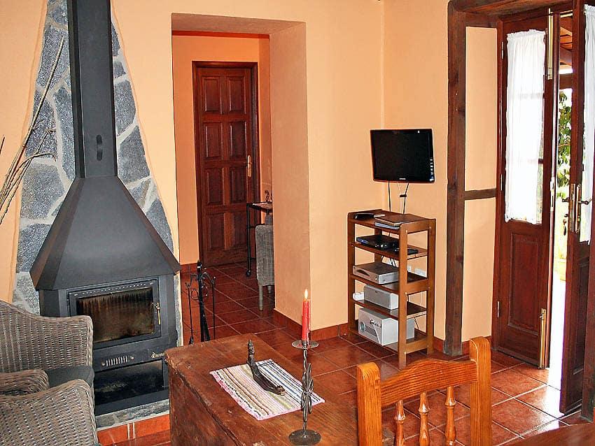 Casa Rural La Palma con piscina Casa Herminia: chimenea y una peqeña television