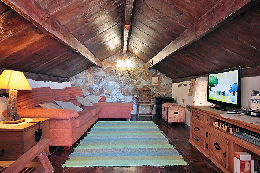 Cómodo sofá en la sala de estar con suelo de madera