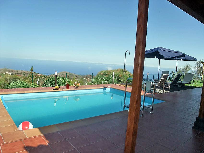 Wheelchair accessible Holiday Cottage La Palma with private pool Villa Las Viñitas: Terrace with pool