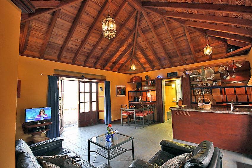 Ferienhaus La Palma mit Pool Casa Lava y Sol: Wohnbereich Blick zum Ausgang