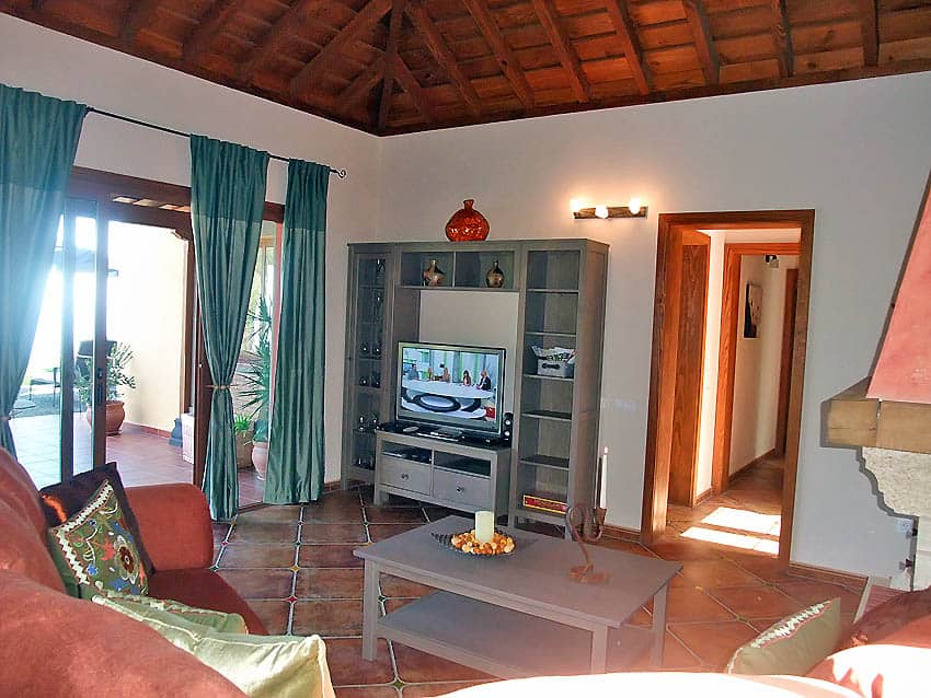 Wheelchair accessible Holiday Cottage La Palma with private pool Villa Las Viñitas: Living room with access to the terrace