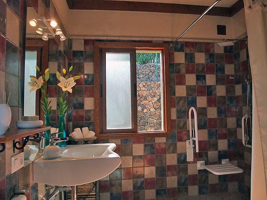 Wheelchair accessible Holiday Cottage La Palma with private pool Villa Las Viñitas: Accessible bathroom
