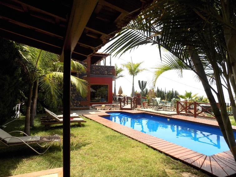 Spanien - Kanaren - La Palma - La Punta - Villa Nerea - seitlicher Blick auf Villa Nerea mit Pool