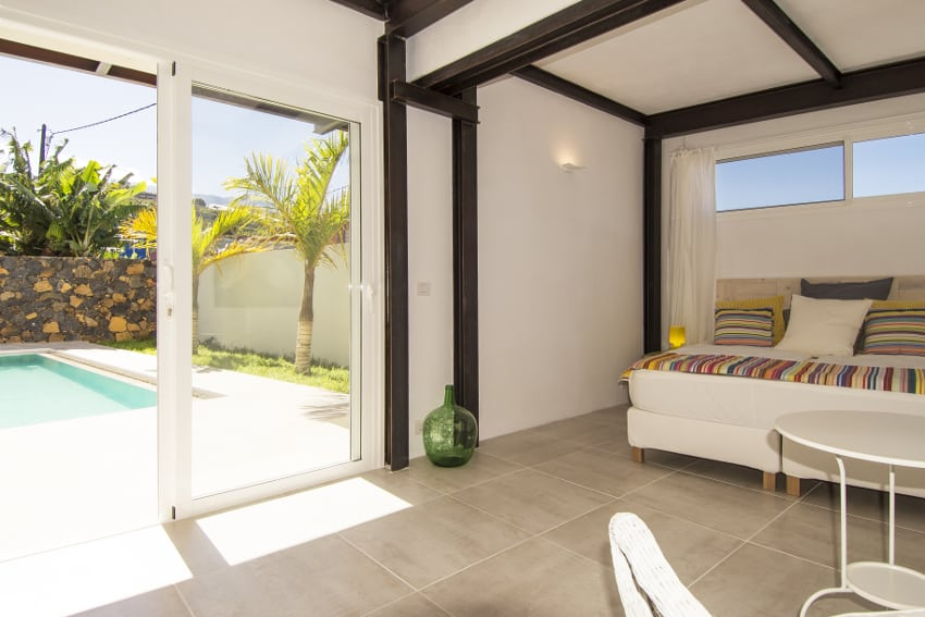 Spanien - Kanarische Inseln - La Palma - Tazacorte - Casa Alma Marina - Schlafzimmer im Erdgeschoss mit Blick Richtung Pool