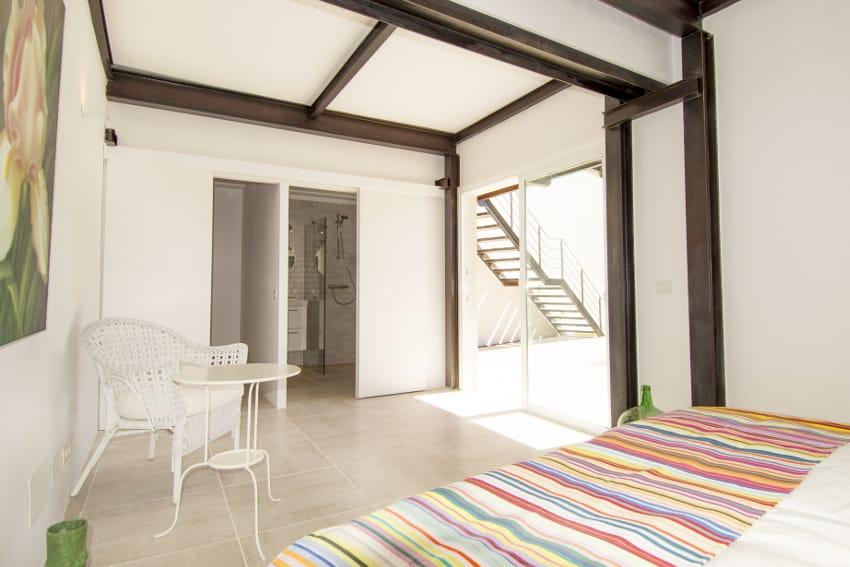 Spanien - Kanarische Inseln - La Palma - Tazacorte - Casa Alma Marina - Schlafzimmer im Erdgeschoss mit Doppelbett und Bad en-suite