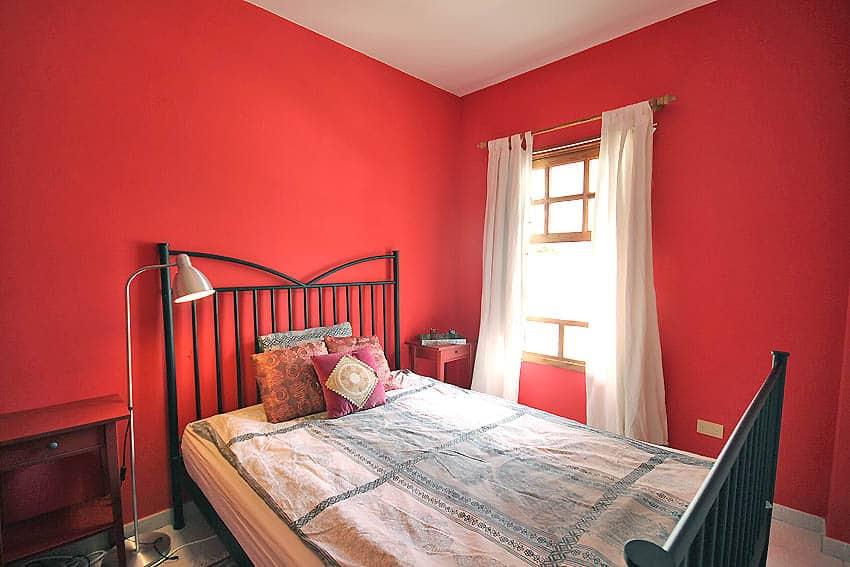 España - Islas Canarias - La Palma - Tazacorte - Apartamento Mar y Musica - Dormitorio con cama doble y mucha luz natural