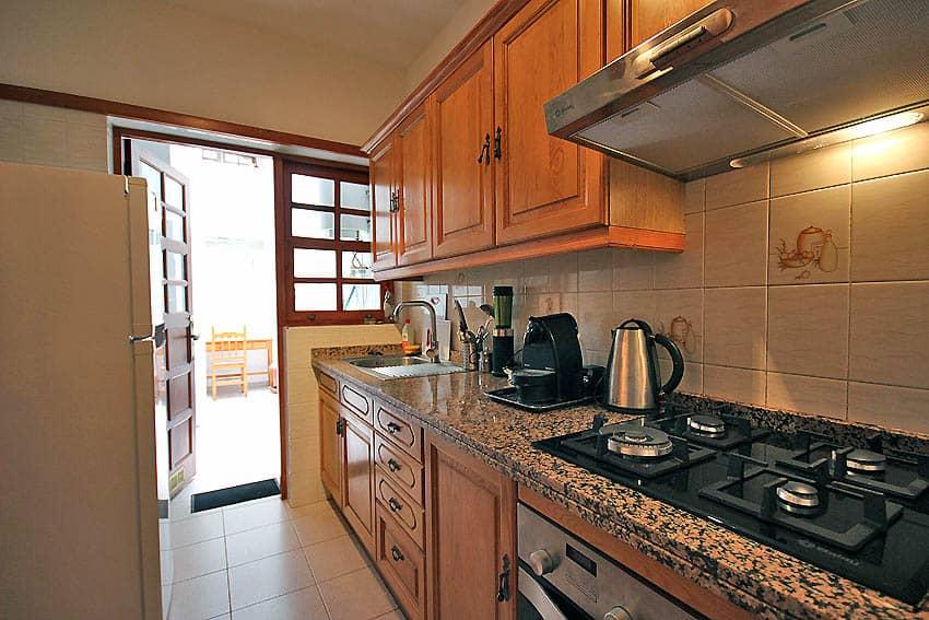 España - Islas Canarias - La Palma - Tazacorte - Apartamento Mar y Musica - Cocina equipada con acceso al patio