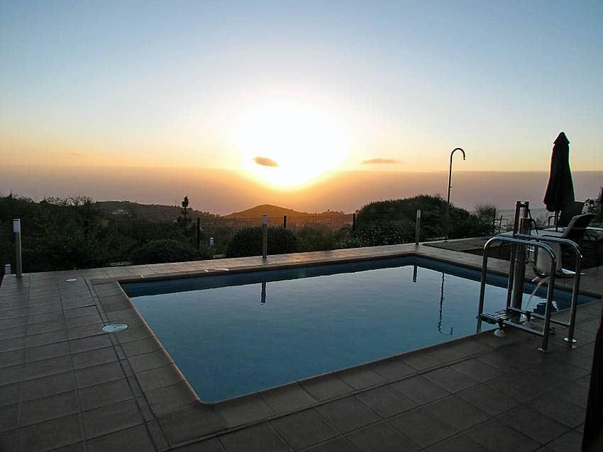 Puesta de sol y piscina