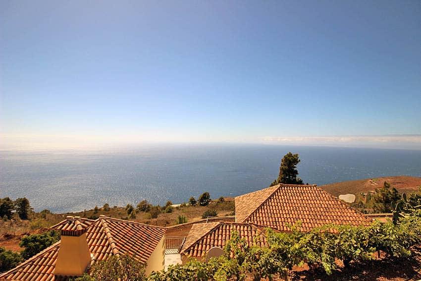 Ferienhaus La Palma mit Privatpool Casa Candelario: Blick über Casa Candelario hinweg in die Landschaft und zum Ozean
