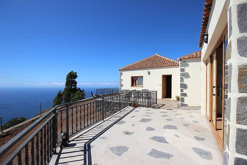 Ferienhaus La Palma mit Privatpool Casa Candelario: untere Terrasse mit Meerblick