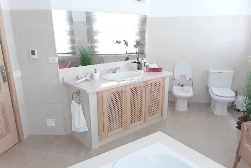 Spain - Canary Islands - La Palma - Mazo - Villa Monte Breña - Bright bathrrom with shower and bathtub on the upper floor