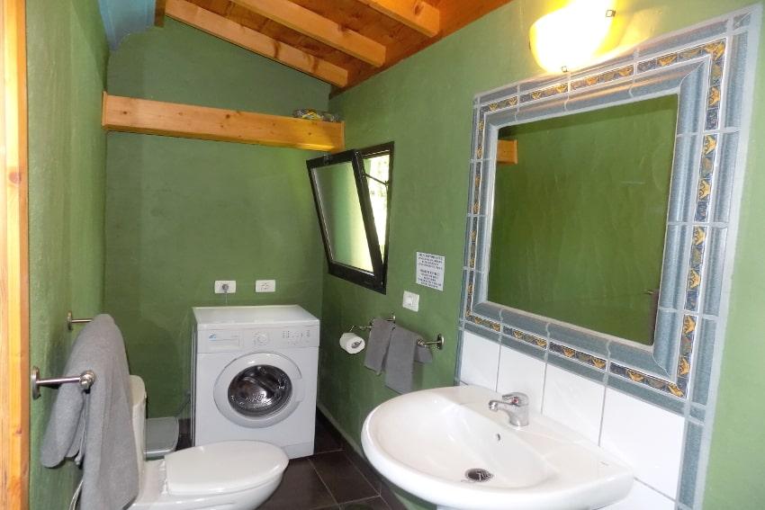 Spanien - Kanarische Inseln - La Palma - La Punta - Casa Las Vetas - Badezimmer mit Dusche und Waschmaschine