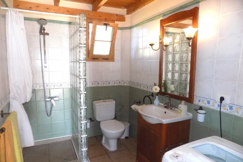 Spanien - Kanarische Inseln - La Palma - Puntagorda - das helle, freundliche Badezimmer