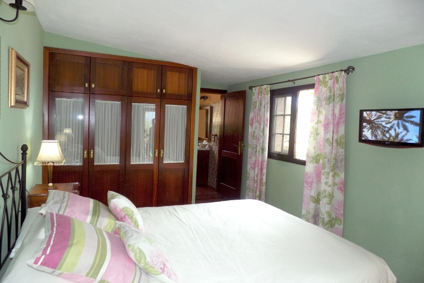 Spain - Canary Islands - El Hierro - Valverde - Casa La Florida 2 - Bedroom with double bed and TV