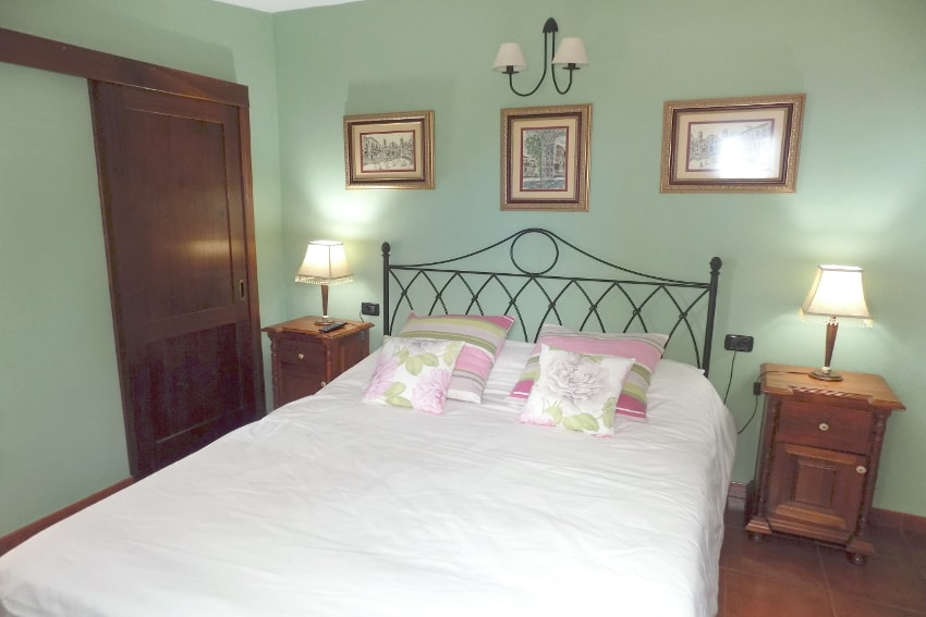 Spain - Canary Islands - El Hierro - Valverde - Casa La Florida 2 - Bedroom with double bed and TV