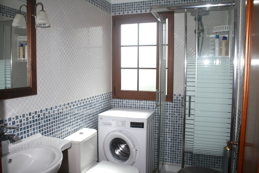 España - Islas Canarias - El Hierro - Los Llanillos - Casa Victor - Casa rural en el Valle de Golfo - Baño con ducha y lavadora