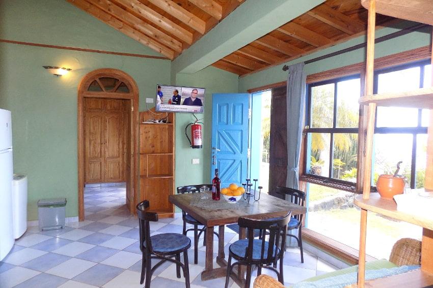 España - Islas Canarias - La Palma - La Punta - Casa La Gorgonia - Salòn comedor con tele y cocina americana