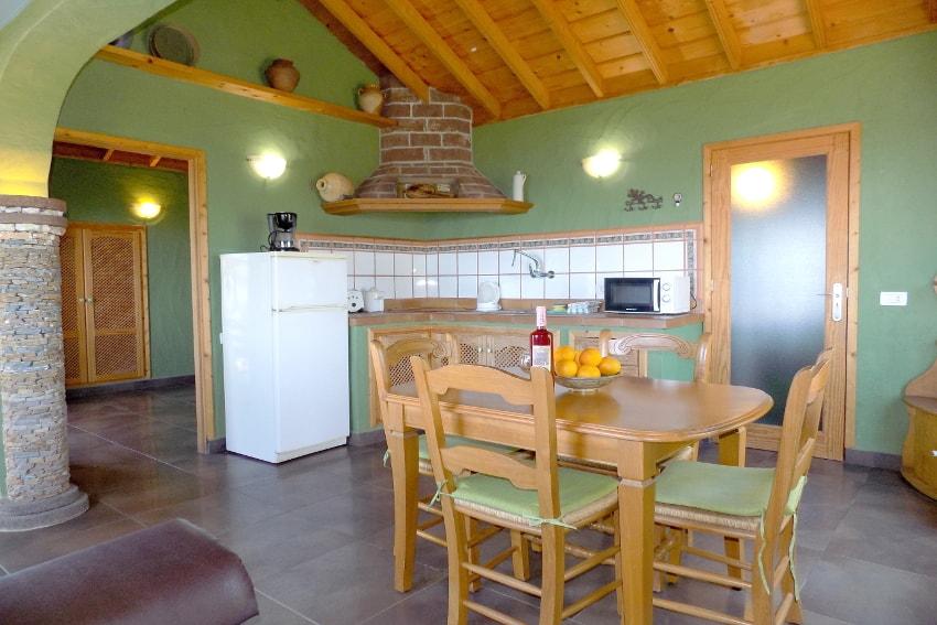 Spanien - Kanarische Inseln - La Palma - La Punta - Casa Las Vetas - Offener Wohn- und Essbereich mit Küche
