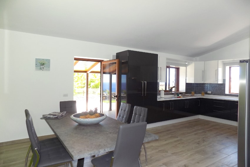 Spain - Canary Islands - El Hierro - Frontera - Villa Tejeguate - Kitchen with large dining table and direct access to the covered terrace