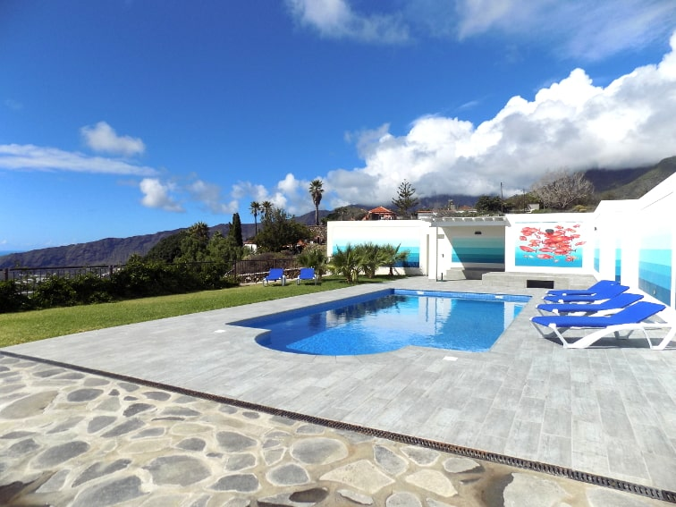Spain - Canary Islands - La Palma - Tajuya - Villa Royal - Skin-friendly saltwater pool with outdoor shower and lounge