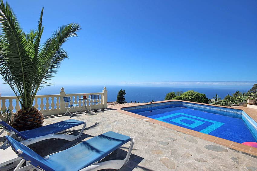 Ferienhaus La Palma mit Privatpool Casa Candelario: Sonnenliegen und Stühle am Pool
