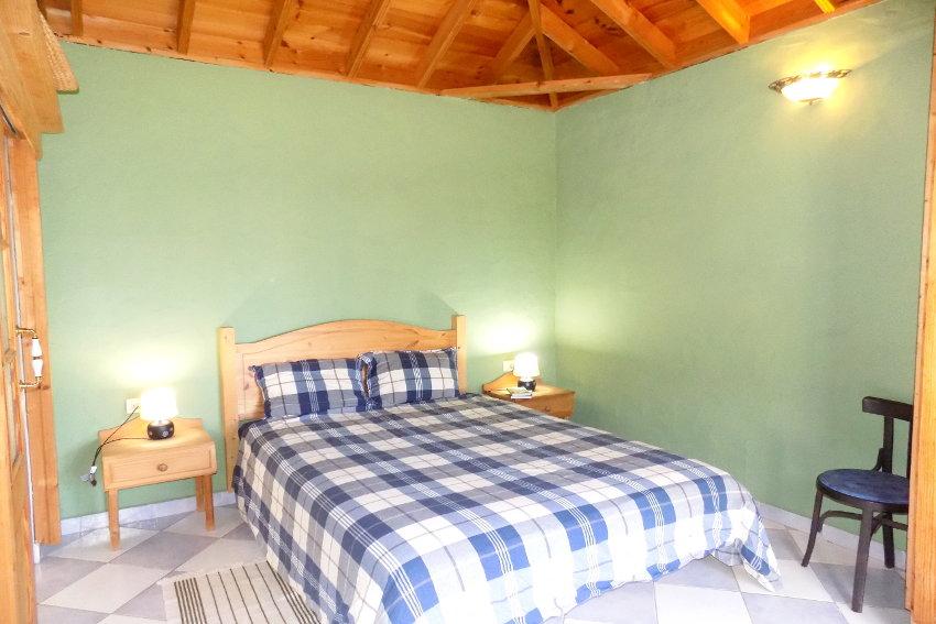 España - Islas Canarias - La Palma - La Punta - Casa La Gorgonia - Dormitorio con cama doble y baño en-suite