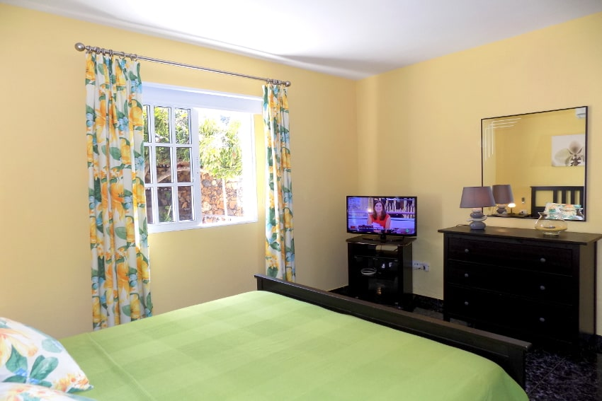 Spain - Canary Islands - La Palma - Tijarafe - Casa La Hoya - Bedroom with double bed, SAT-TV and air conditioner