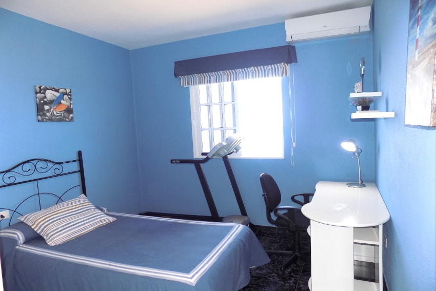 Spain - Canary Islands - La Palma - Tijarafe - Casa La Hoya - Bedroom with single bed, treadmill and air conditioner