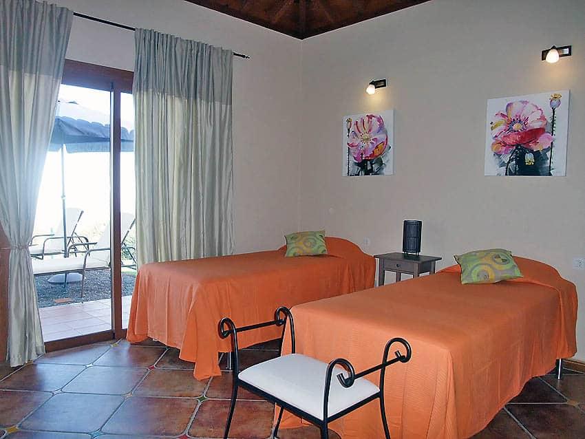 Casa Rural adaptada para personas con discapacidad La Palma con piscina Villa Las Viñitas: dormitorio con dos camas individuales