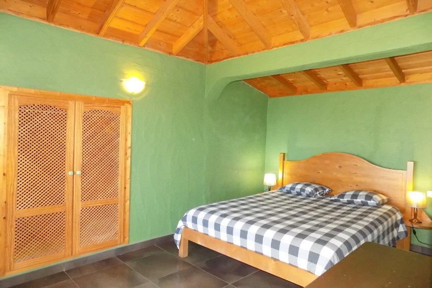 Spanien - Kanarische Inseln - La Palma - La Punta - Casa Las Vetas - Schlafzimmer mit Doppelbett und SAT-TV