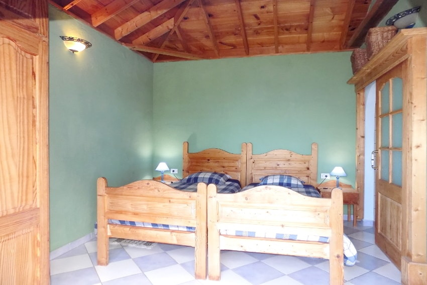 Spain - Canary Islands - La Palma - La Punta - Casa La Gorgonia - Bedroom with two single beds and bathroom en suite