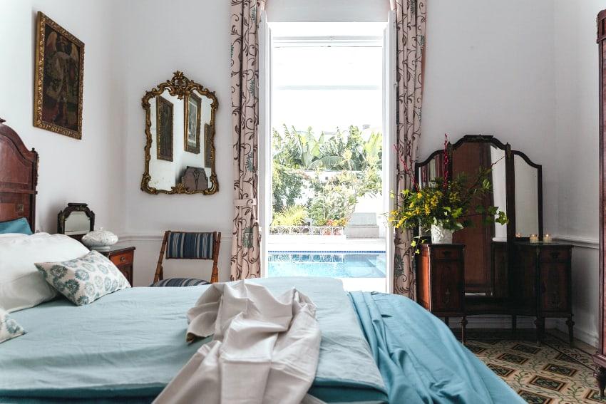 España - Islas Canarias - La Palma - Puerto de Tazacorte - Villa Imperial - Dormitorio con cama doble y acceso directo a la piscina