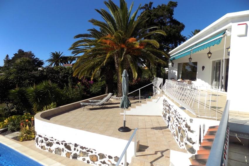 España - Islas Canarias - La Palma - Tajuya - Casa La Palmera - Terraza de sol con vista hacia la piscina