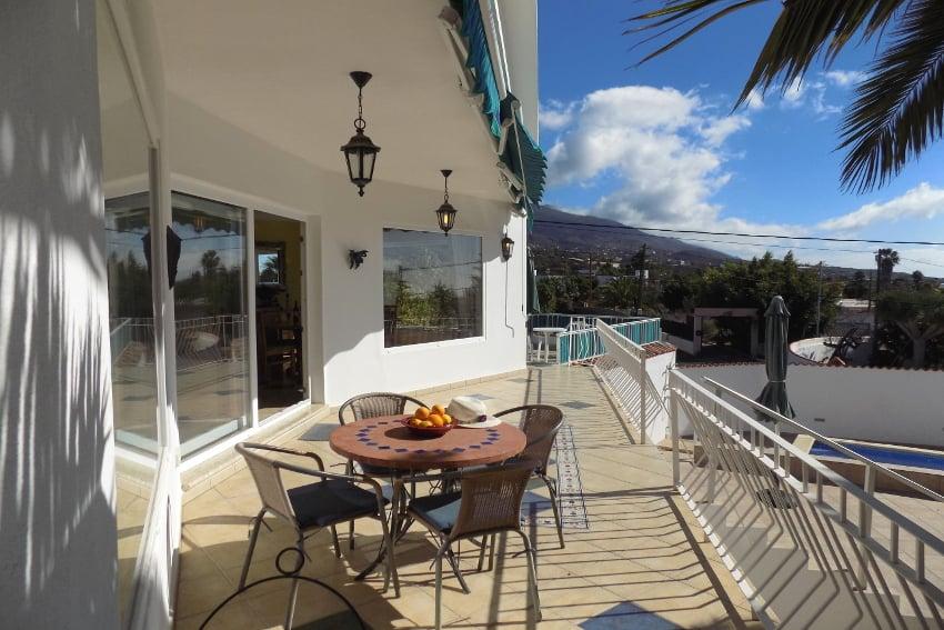 España - Islas Canarias - La Palma - Tajuya - Casa La Palmera - Terraza de sol con vista hacia la montaña