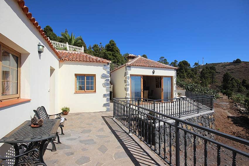 Ferienhaus La Palma mit Privatpool Casa Candelario: Terrasse mit Sitzbank und Barbecuehäuschen