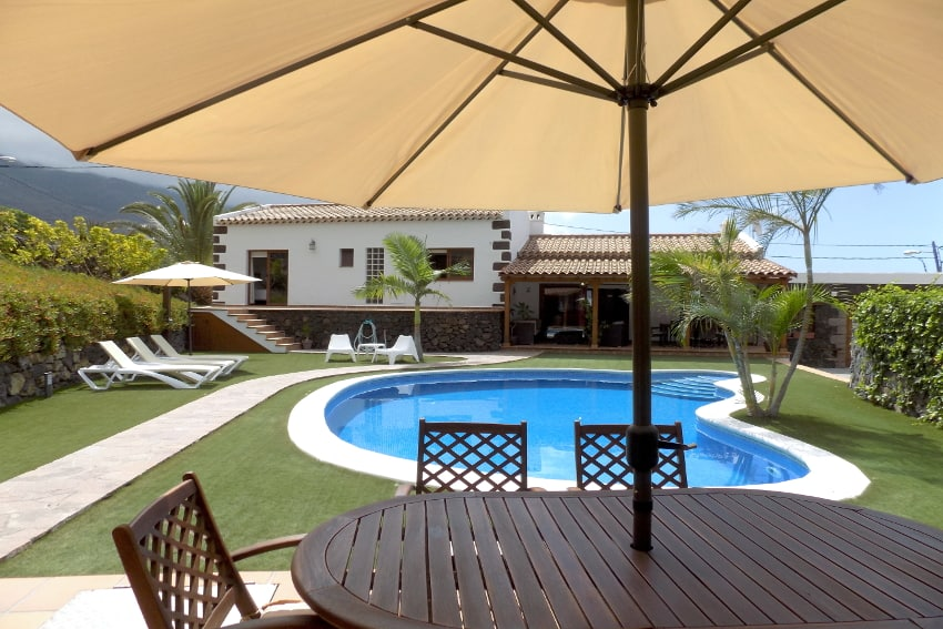 Spain - Canary Islands - El Hierro - Frontera - Villa Mocanes - Barbecue with dining table by the pool