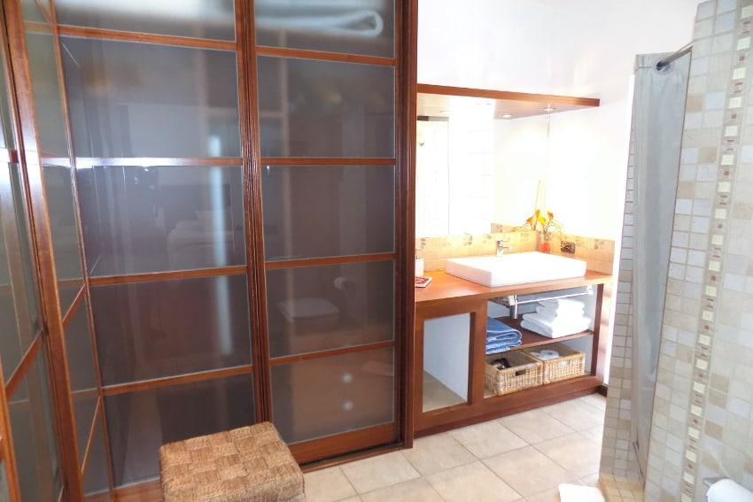 Spain - Canary Islands - El Hierro - Frontera - Villa Mocanes - Masterbedroom with direct access to the pool, TV and bathroom en-suite