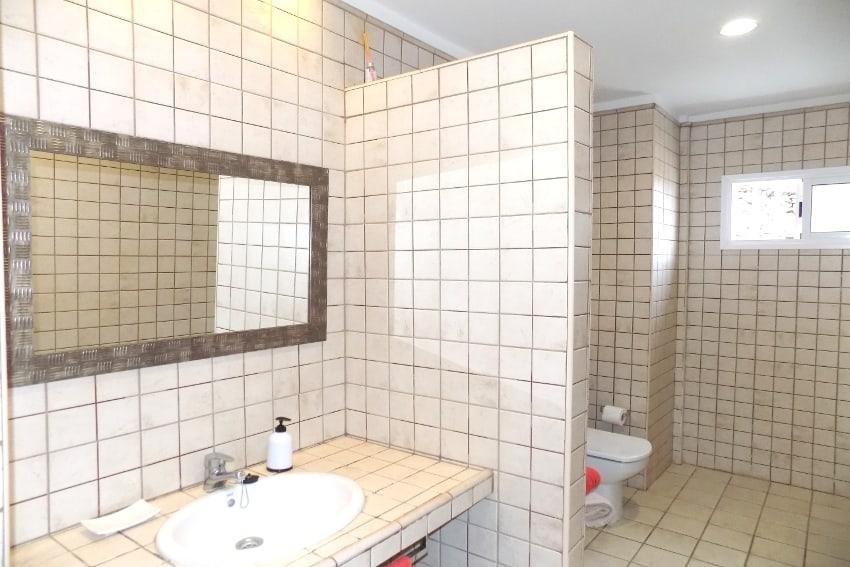 Spain - Canary Islands - El Hierro - Tigaday - Villa Tibataje - Bathroom en-suite with bathtub and bidet