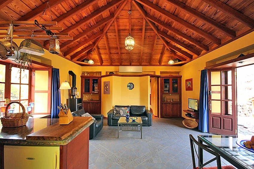 Ferienhaus La Palma mit Pool Casa Lava y Sol: Wohnbereich unter romantischem Holzdach