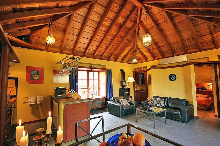 Ferienhaus La Palma mit Pool Casa Lava y Sol: Wohnbereich Blick zum Schlafzimmer