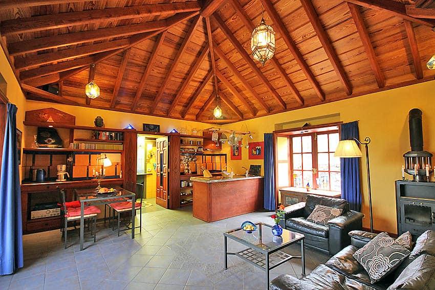 Ferienhaus La Palma mit Pool Casa Lava y Sol: Wohnbereick Blick Richtung Küche und Badezimmer